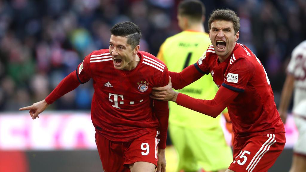 Robert Lewandowski (izq.) es felicitado tras un tanto por Müller. (Foto: Getty)