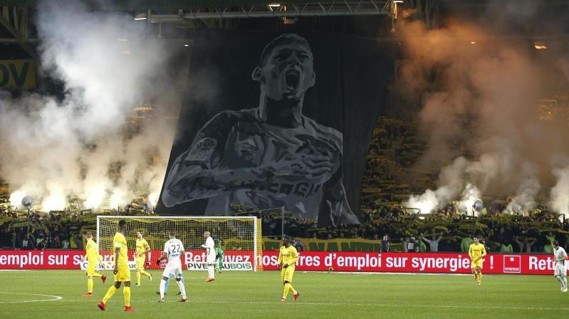 Neben einem riesigen Banner mit dem Bild von Emiliano Sala zünden Fans von Nantes Pyrotechnik