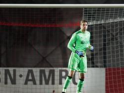 Tim Krul maakt zijn thuisdebuut in het shirt van Jong Ajax. De goalie is gerevalideerd en moet bij de beloften van Ajax weer fit worden. Hier houdt hij zichzelf warm tegen SC Telstar. (25-11-2016)