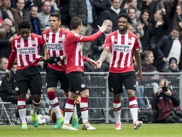 PSV komt op een 1-0 voorsprong tegen Ajax. Doelpuntenmaker is Jürgen Locadia, die zijn derde treffer van het seizoen maakt. PSV viert het feest. (23-04-2017)