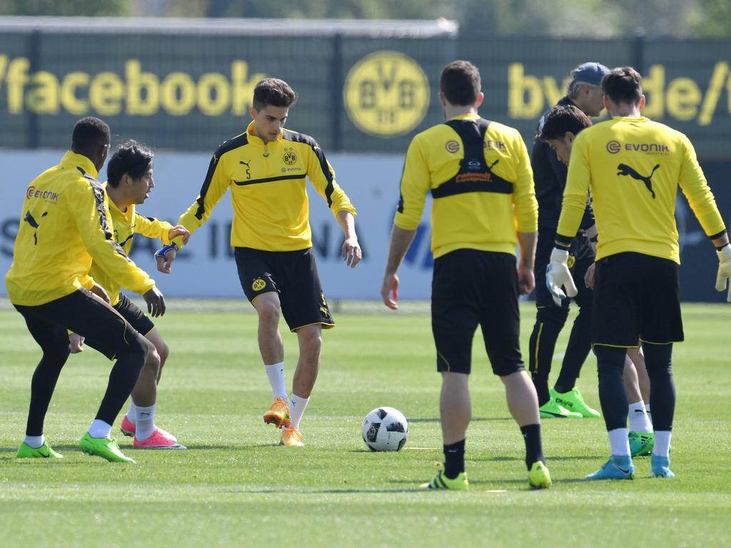 Marc Bartra (M.) trainiert wieder mit der Mannschaft