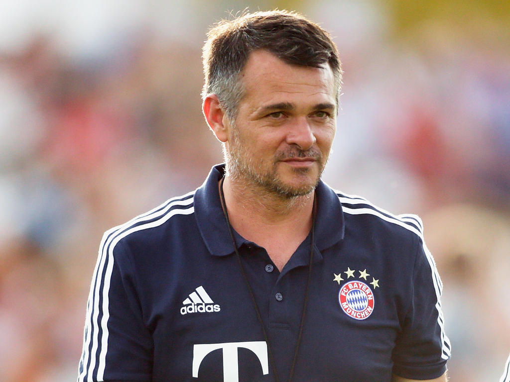 Willy Sagnol sitzt gegen Berlin als Cheftrainer auf der Bayern-Bank