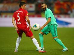 Albert Vallci (l.) im Duell mit Real-Stürmer Karim Benzema