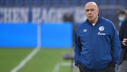 Schalkes Trainer Christian Gross steht vor dem Spiel gegen die TSGHoffenheim am Spielfeldrand. Foto: Guido Kirchner/dpa/Archivbild