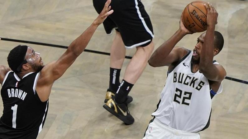 Khris Middleton (r.) setzte sich mit den Milwaukee Bucks gegen Bruce Brown und die Brooklyn Nets durch
