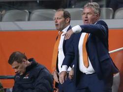 Wanhopig probeert Guus Hiddink (r.) zijn spelers aanwijzingen te geven tijdens de oefeninterland Nederland - Mexico. (12-11-2014)