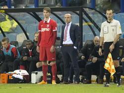Jari Oosterwijk staat naast Alfred Schreuder om zijn debuut te maken tijdens Vitesse - FC Twente. (07-12-2014).