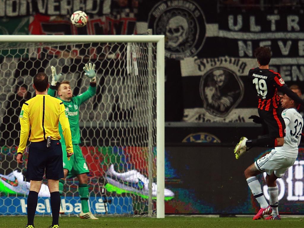 Piazón levantó de cabeza la pelota batiendo a Wellenreuther en la portería del Schalke. (Foto: Getty)