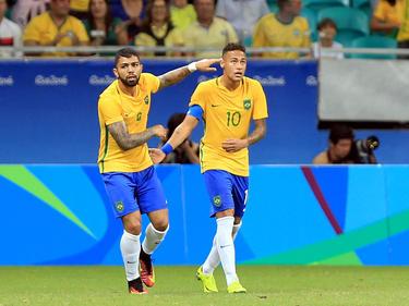 Gabriel Barbosa (izq.) celebra uno de sus goles con Neymar. (Foto: Getty)