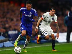 Kenedy (l.) omspeelt tijdens de Champions League-wedstrijd Chelsea - Paris Saint-Germain Ángel Di María. (09-03-2016)