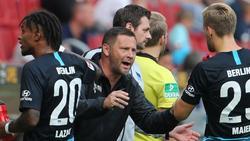 Hertha-Trainer Pál Dárdai redet auf seine Spieler ein