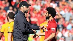 Liverpools Trainer Jürgen Klopp gratuliert seinem Spieler Mohamed Salah
