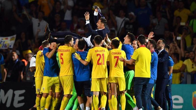 Rumäniens Mannschaft feiert Trainer Mirel Radoi nach dem Remis gegen Frankreich. Foto: Massimo Paolone/Lapresse/Lapresse via ZUMA Press