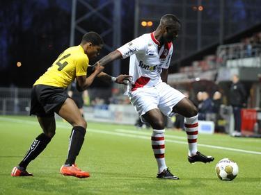 Cendrino Misidjan (r.) probeert Calvin Valies (l.) van zich af te houden tijdens het competitieduel FC Emmen - SC Telstar (01-05-2015).