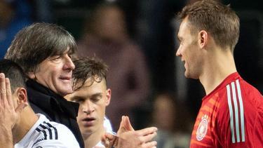 Bundestrainer Joachim Löw (l.) plant aktuell für die EM 2020 mit Manuel Neuer (r.) als Nummer 1