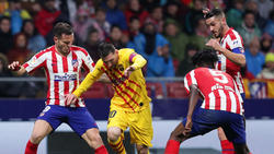 Koke (dcha.) intentando quitarle la pelota a Messi.