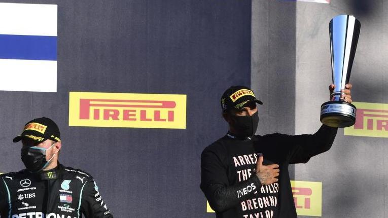 """""""Verhaftet die Polizisten, die Breonna Taylor getötet haben"""", steht auf dem Shirt von Mugello-Sieger Lewis Hamilton (r.)"""
