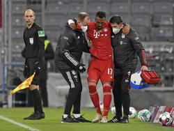 Boateng sale asistido por los servicios médicos del Bayern.