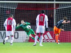 Diederik Boer gaat de goede kant op en keert de strafschop van Erik Schouten (r.). Hierdoor blijft het 2-0 bij Jong Ajax - FC Volendam. (21-12-2015)