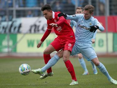 Tim Hölscher (r.) is één van de Duitse jeugdspelers in dienst van FC Twente. Het afgelopen jaar werd hij verhuurd aan de Duitse derdeklasser Chemnitzer FC. Hier duelleert hij met Devante Parker van 1. FSV Mainz 05 II. (29-11-2014)