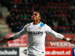 Memphis Depay laat zich met twee doelpunten in de slotfase van de wedstrijd FC Twente - PSV zien. (04-04-2015)