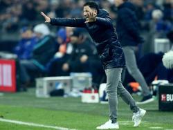 Domenico Tedesco gibt an der Schalker Seitenlinie den Takt vor