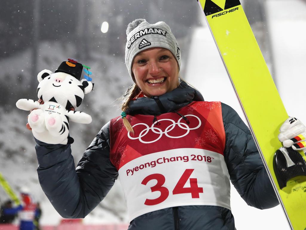 Katharina Althaus feiert ihre Silbermedaille in Pyeongchang