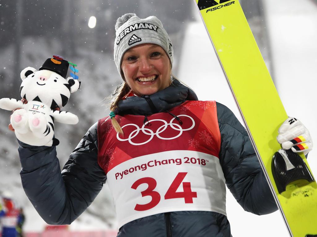 Skispringerin Katharina Althaus jubelt über ihre Silbermedaille