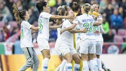 Wolfsburgs Anna Blässe (l-r), Ewa Pajor und Pernille Harder feiern das 1:0