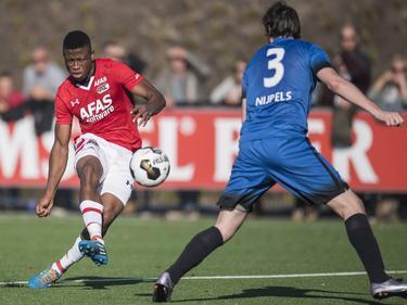 Fred Friday waagt een schot op doel voor Jong AZ tijdens de wedstrijd tegen AFC. (16-10-2016)