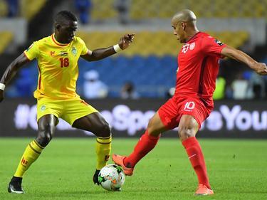 Marvelous Nakamba (l.) gaat tijdens Zimbabwe - Tunesië het duel aan met Wahbi Khazri (r.) op de Afrika Cup. (23-01-2017)