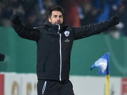 Lottes Trainer Ismail Atalan freut sich über den Sieg gegen 1860 München im DFB-Pokal