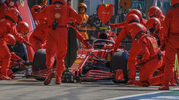 Carlos Sainz beim verpatzten Boxenstopp in Silverstone