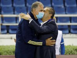 Carlos Queiroz saluda a José Peseiro, DT de Venezuela.