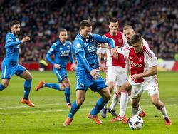 Joël Veltman (r.) gaat het duel aan met AZ-speler Vincent Janssen (l.). Het gehele duel is Ajax de baas over de spits, op één moment na. Toch winnen de Amsterdammers met 4-1. (28-2-2016)