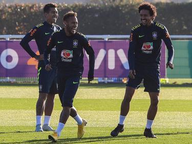 Neymar (centro) bromea con sus compañeros cariocas. (Foto: Imago)