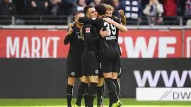 Die Spieler von Eintracht Frankfurt bejubeln den Treffer gegen den 1. FC Nürnberg