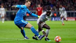 Manuel Neuer vom FC Bayern im Zweikampf mit Sadio Mané