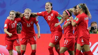 Las canadienses muestran su euforia tras la victoria.