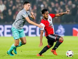 Hicham Faik (l.) moet in het bekerduel met Feyenoord zijn handen gebruiken om Renato Tapia (r.) af te stoppen. (26-10-2016)