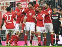 Mats Hummels (Mitte) hat sein erstes Tor für den FC Bayern München geschossen