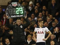 Harry Winks (r.) komt in het veld tijdens het competitieduel Tottenham Hotspur - Middlesbrough (04-02-2017).