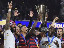 Los jugadores estadounidenses levantan el trofeo de campeón. (Foto: Imago)