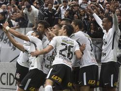 Los locales celebran el gol de Jo de penalti con un 'selfie'. (Foto: Imago)
