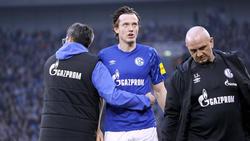 Schalke-Coach David Wagner (l.) stärkt Michael Gregoritsch (M.) den Rücken
