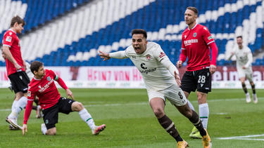 Zalazar vom FC St. Pauli freut sich über seinen Treffer gegen Hannover 96