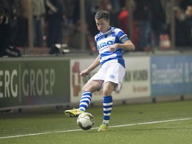 Edwin Linssen probeert een medespeler te bereiken tijdens het competitieduel Almere City FC - De Graafschap. (16-03-2015)