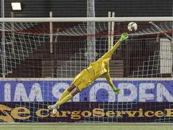 Luuk Koopmans redt stijlvol namens FC Oss tegen FC Den Bosch in het Frans Heesen stadion.  (03-04-2015)