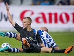 Rick Dekker (l.) vecht een grondduel uit met Bryan Smeets (r.) tijdens het competitieduel De Graafschap - PEC Zwolle. (15-08-2015)