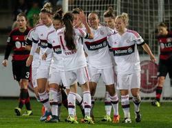 Die Fußballerinnen des FC Bayern München bejubeln einen Treffer gegen Bayer Leverkusen